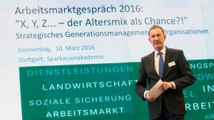 Foto: Dr. Norbert Lehmann moderierte die drei thematisch gegliederten Podiumsdiskussionen. Fotos: Arbeitgeber Baden-Württemberg