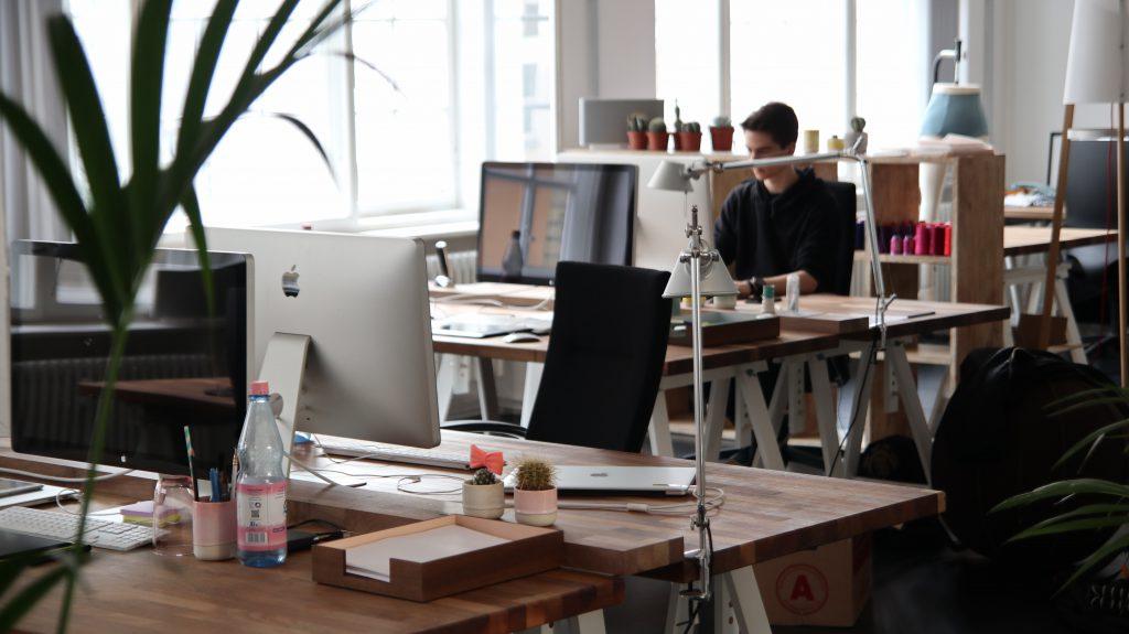 Ein junger Mann arbeitet am Computer