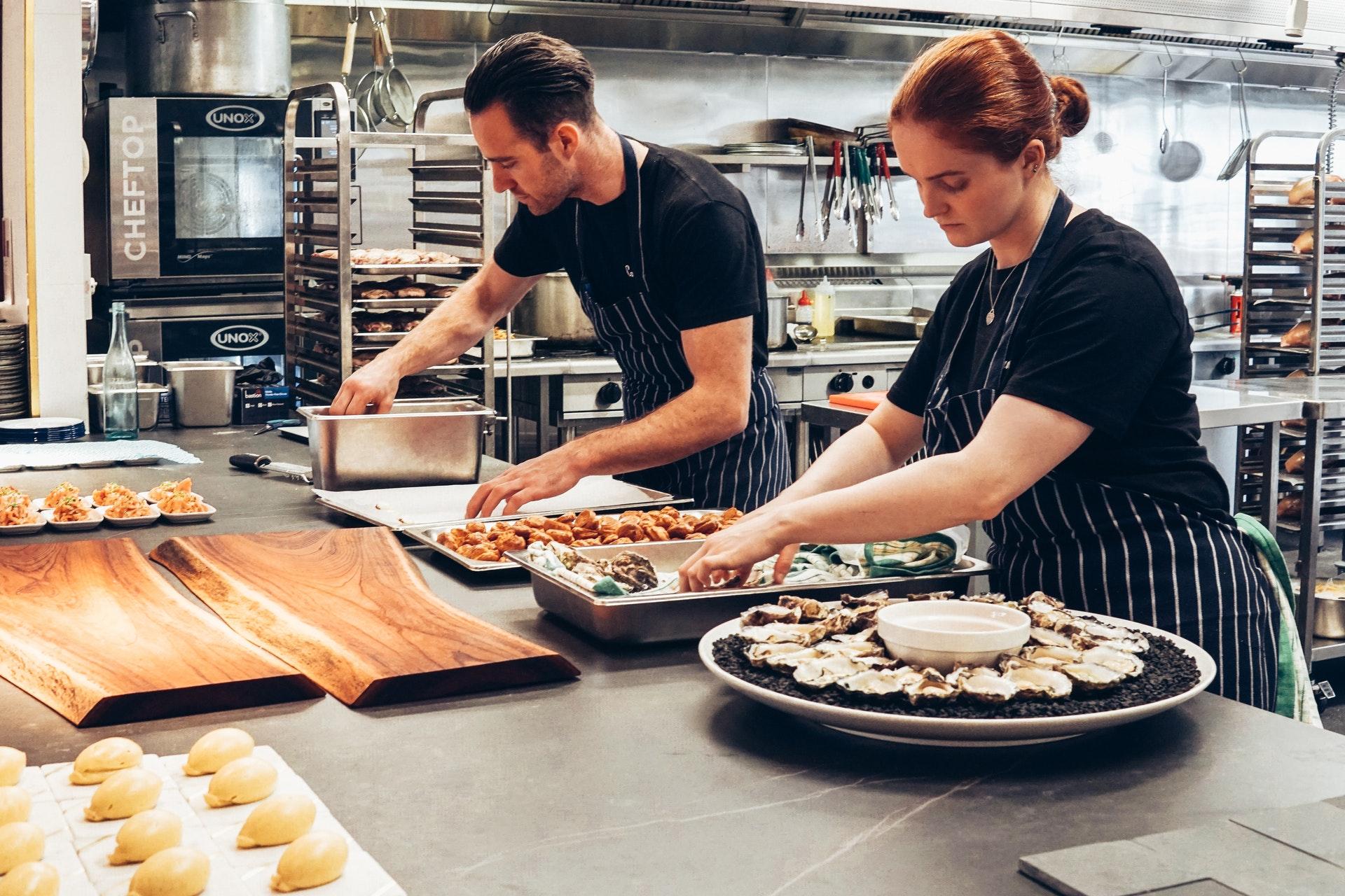 Foto von Elle Hughes von Pexels zeigt einen Einblick in eine Restaurantküche.